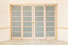 Puerta deslizante de madera doble con los partes movibles de cristal Imagen de archivo libre de regalías