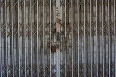 Puerta deslizante del metal rústico imagenes de archivo