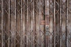 Puerta deslizante del metal rústico Imagen de archivo