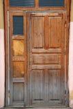 Puerta dilapidada de madera vieja cerrada fotos de archivo