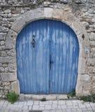Puerta doble azul del ala con la campana Fotos de archivo libres de regalías