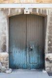 Puerta doble azul vieja sucia La Valeta, Malta Foto de archivo