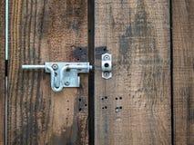 Puerta doble de madera de la entrada con una cerradura abierta del cierre del metal imagen de archivo libre de regalías