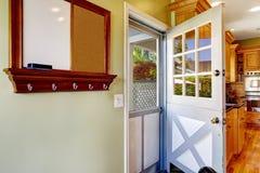 Puerta doble en el cuarto de la cocina con la salida al patio trasero Foto de archivo