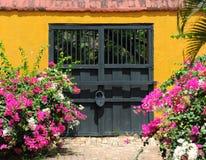 Puerta doble en jardín botánico Fotos de archivo libres de regalías