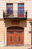 Puerta doble y balcón Fotos de archivo