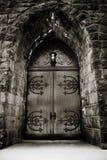 Puerta dramática de la iglesia imagenes de archivo