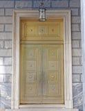 Puerta elegante del metal de bronce de una institución de actividad bancaria fotografía de archivo libre de regalías