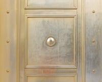 Puerta elegante del metal de bronce de una instituci?n de actividad bancaria fotos de archivo