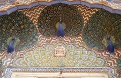 Puerta en Chandra Mahal, palacio del pavo real de la ciudad de Jaipur fotos de archivo