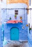 Puerta en Chefchaouen, Marruecos Foto de archivo