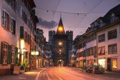 Puerta en el crepúsculo, Basilea, Suiza de Spalentor Imágenes de archivo libres de regalías