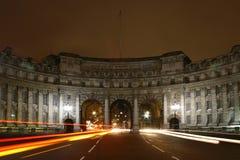 Puerta en el cuadrado de Trafalgar con tráfico Foto de archivo libre de regalías