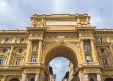 Puerta en el cuadrado del della Repubblica de la plaza de la república en Florencia Foto de archivo libre de regalías