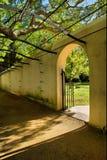 Puerta en jardín foto de archivo