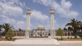 Puerta en la entrada al mausoleo Habib Bourguiba con Golden Dome en la ciudad de Monastir Al aire libre tiro del carro almacen de video