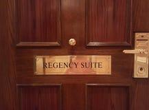 Puerta en la habitación de hotel imagenes de archivo