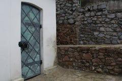 Puerta en la iglesia cristiana del ortodox de la trinidad antigua Imagenes de archivo