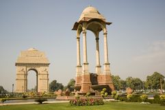 Puerta en la madrugada, Nueva Deli, la India de la India fotografía de archivo