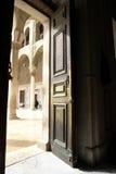 Puerta en mezquita histórica del umayyad en Damasco foto de archivo