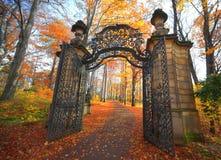 Puerta en parque Fotos de archivo libres de regalías