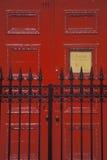 Puerta en un colegio de internos del oeste del pueblo, NY de la puerta roja y del hierro labrado Imagenes de archivo