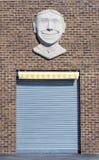 Puerta en un edificio viejo de la pared de ladrillo, cara sonriente del garaje Fotos de archivo libres de regalías