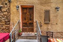 Puerta en una esquina pintoresca en Cerdeña Fotografía de archivo