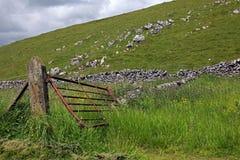 Puerta en una pared de piedra seca en Derbyshire Inglaterra Foto de archivo
