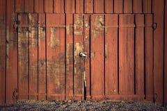 Puerta en vertiente del rojo imagenes de archivo
