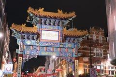 Puerta enorme de la entrada a Chinatown Londres Reino Unido Fotos de archivo