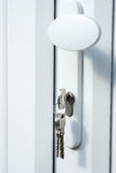 Puerta esmaltada doble de Upvc con claves en el bloqueo Imágenes de archivo libres de regalías
