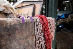 Puerta estable de Openen, mostrada con la red de la alimentación en la puerta, vista en una dependencia de la granja fotos de archivo
