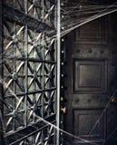 Puerta fantasmagórica de la cripta cubierta en Spiderwebs Fotografía de archivo libre de regalías