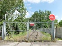 Puerta ferroviaria con una muestra de la parada Foto de archivo libre de regalías