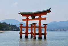 Puerta flotante de Torii en Hiroshima, Japón imagen de archivo