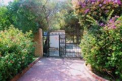 Puerta forjada en el parque del 100o aniversario de Ataturk Alanya, Turquía Imágenes de archivo libres de regalías
