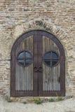 Puerta forjada en la pared de ladrillo Imagen de archivo libre de regalías