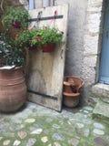 Puerta francesa con las flores fotografía de archivo