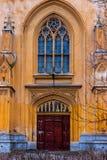Puerta gótica de un complejo de los establos imperiales de los edificios Peterhof fotografía de archivo libre de regalías