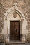 Puerta gótica del castillo Fotos de archivo