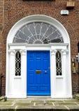 Puerta georgiana colorida en la ciudad de Dubl?n, cuadrado de Merrion, Irlanda foto de archivo libre de regalías
