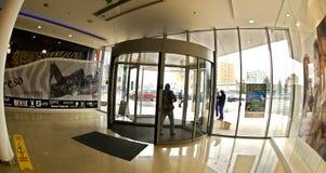 Puerta giratoria a un nuevo departamento de la parada del supermercado imágenes de archivo libres de regalías