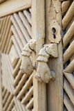 Puerta-golpeador del gato viejo en una puerta de madera con los ornamentos poligonales Imagen de archivo libre de regalías