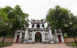 Puerta grande del templo de la literatura en Hanoi, Vietnam fotografía de archivo libre de regalías