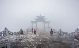 Puerta grande en escaleras de la montaña de la leyenda de Fansipan en PA del Sa, Vietna Fotos de archivo libres de regalías