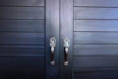 Puerta gris en la casa imágenes de archivo libres de regalías