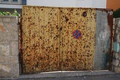 Puerta hablada enigmáticamente con las balas Fotos de archivo libres de regalías