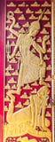 Puerta hermosa del diseño en templo tailandés Fotografía de archivo libre de regalías