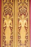 Puerta hermosa del diseño en templo tailandés Foto de archivo